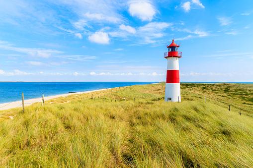 Leuchtturm in den Dünen am Meer. Thema: Deutschlandreise.