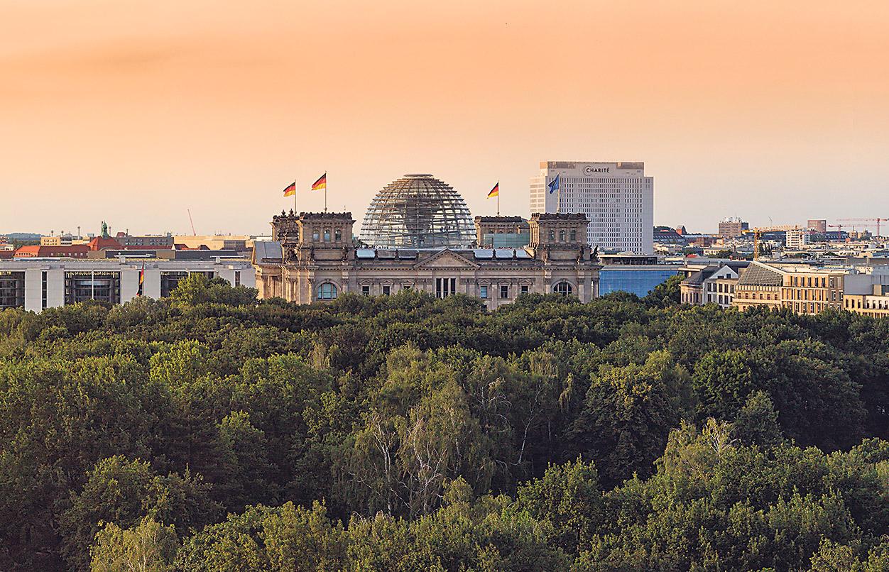 Blick über Berlin-Mitte mit Regierungsviertel und der Charité