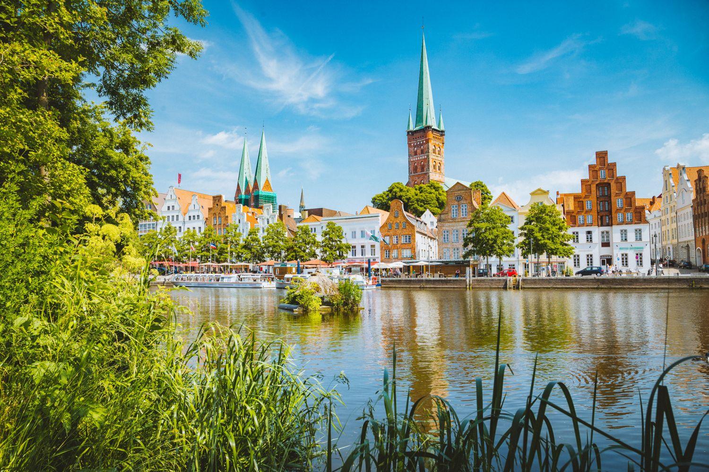 Gebäude der Hansestadt Lübeck am Wasser.