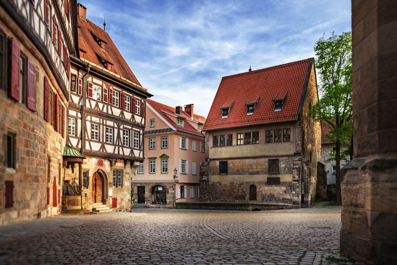 Entlang einiger Ferienstraßen gibt es gut erhaltene historische Stadtkerne.