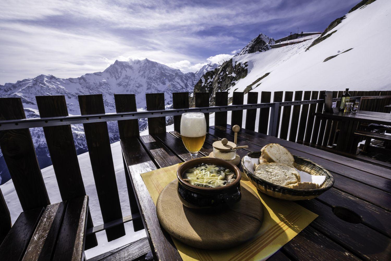 Eine Brotzeit im Skigebiet. Thema: Skiurlaub planen