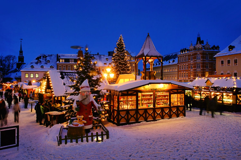 Ein schneebedeckter Weihnachtsmarkt in der Adventszeit