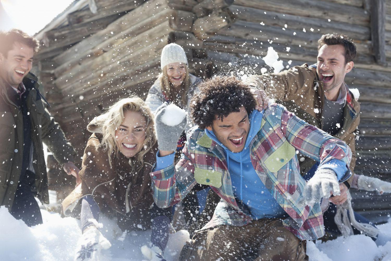Eine Gruppe junger Leute hat Spaß im Schnee.