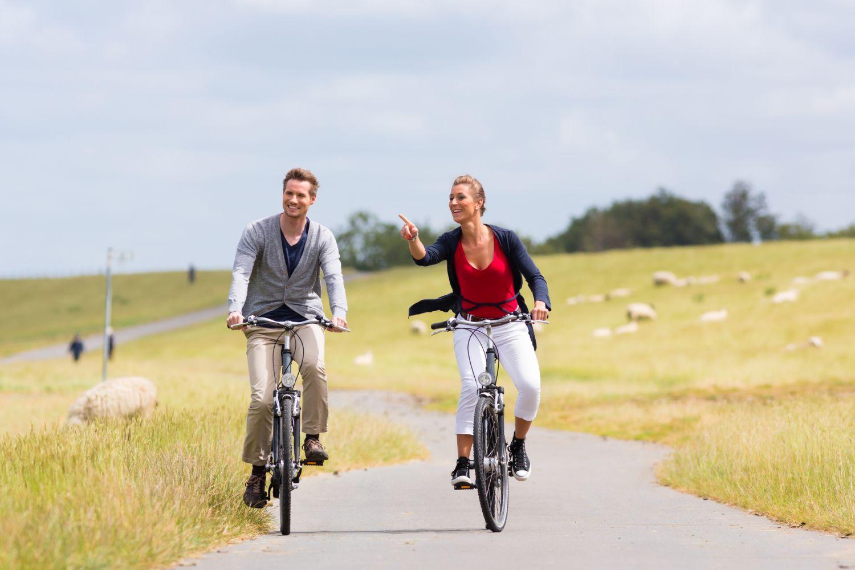 Zwei Radfahrer genießen ihren Urlaub in Deutschland