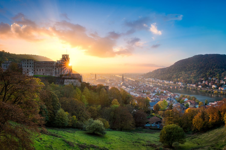 Das Heidelberger Schloss in der Abendsonne mit umliegender Stadt